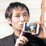 飯村貴子の写真にキスをするいしだ壱成