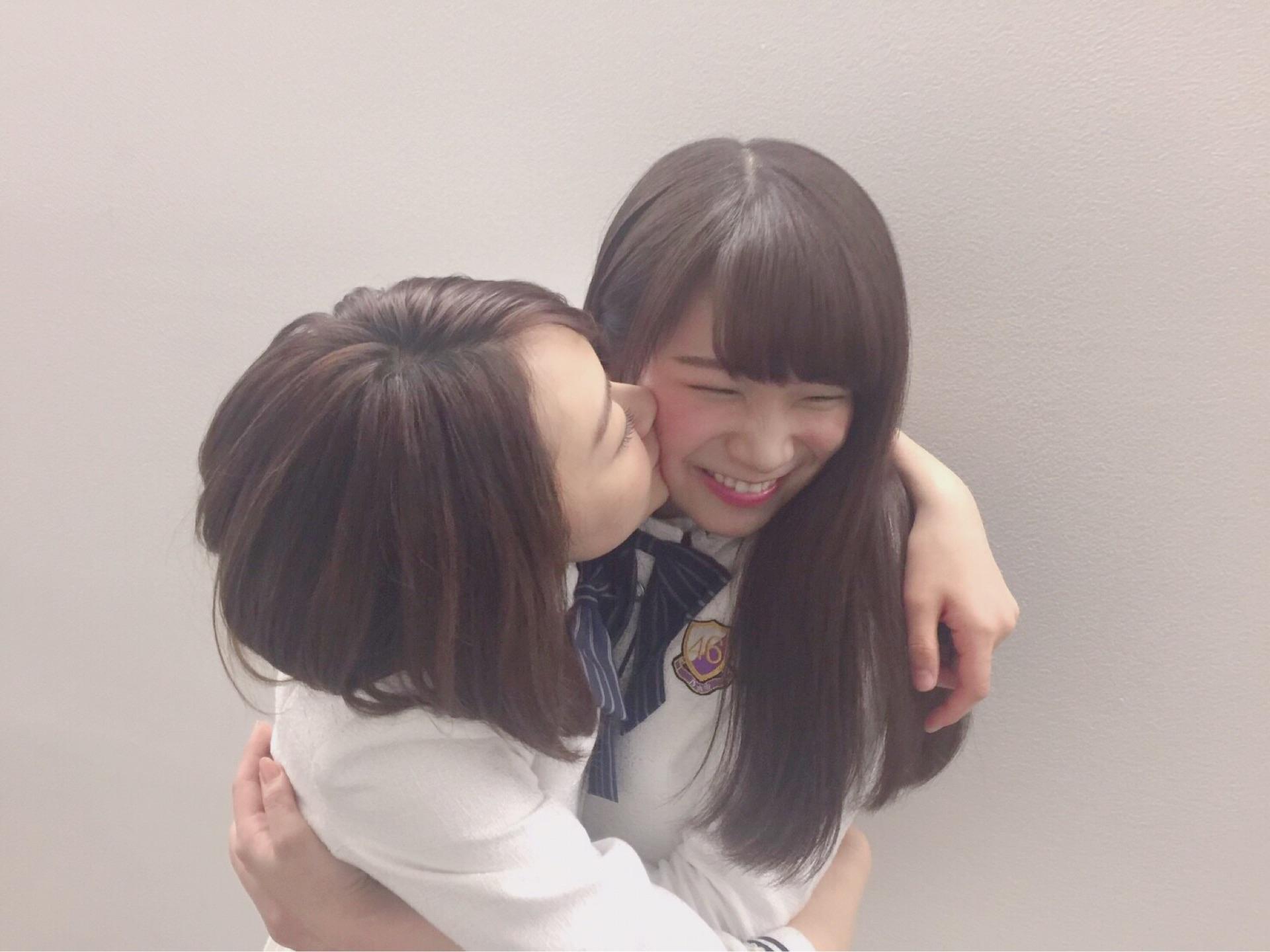 <乃木坂46>生駒里奈さん、秋元真夏ちゃんにキス♥