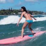サーフィンをしている深田恭子
