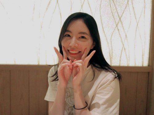 松井珠理奈が笑顔でピースサイン