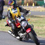 バイクに乗っている平嶋夏海