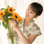 花を見ている佐々木希