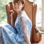 空色の花柄のワンピースを着た田中瞳